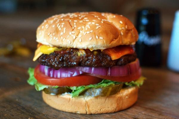 Спилберг «запретил» сети Carl's Jr. называть бургеры всвою честь
