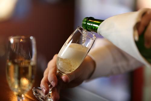 Открывает шампанское на новый год