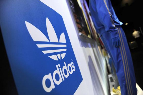 Adidas закроет 200 магазинов в РФ из-за санкций икурса рубля