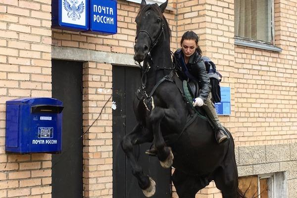 Девушка-почтальон, развозящая посылки на коне в Подмосковье, станет лицом Aliexpress