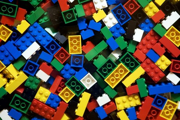 Чистая прибыль Lego за2017 год упала на17% год кгоду