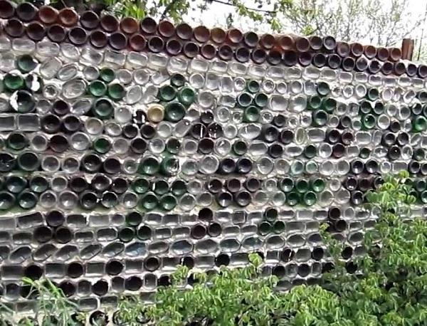 Как сделать забор из стеклянных бутылок своими руками видео