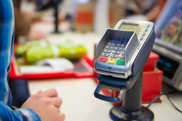 Сберегательный банк  начнет выдавать наличные накассах магазинов