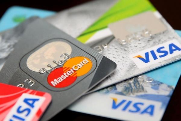 Россияне стали снимать меньше денег с пластиковых карт