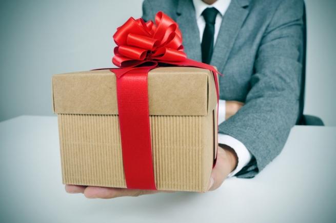 Аферист с подарком