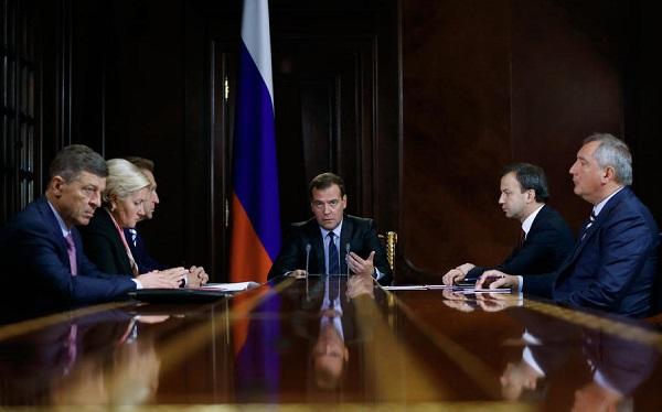 Медведев пообещал разобраться с сетями, не пускающими российские товары