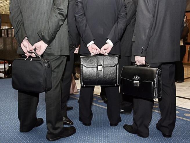 Чиновники отказываются от люксовой одежды из-за падения зарплат