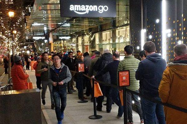 Магазин Amazon Go «без очередей» столкнулся с ними в первый же день работы