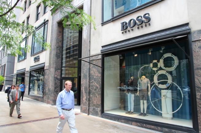 Чистая прибыль Hugo Boss упала почти в два раза