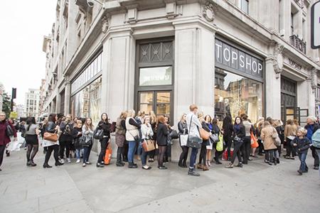 Англичане проводят больше года в очередях за покупками