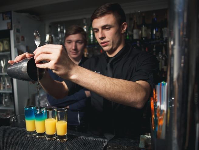 FMCG-дайджест: эпопея с алкоголем в школах и проверка качества еды