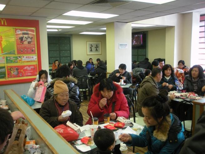 McDonald's приостановил продажу всех мясных бургеров в Китае