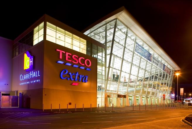 Британская сеть Tesco закроет 43 магазина на фоне скандала