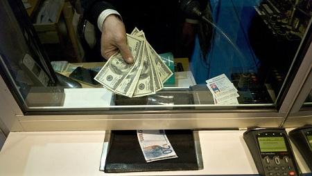 Россияне штурмуют валютный рынок