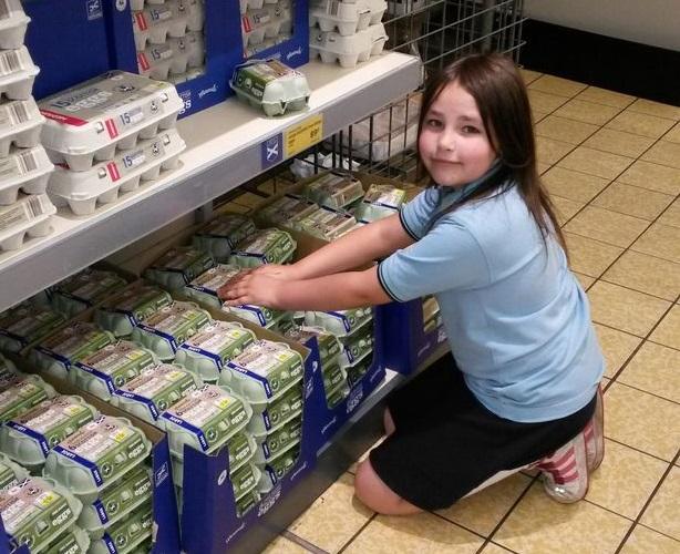 Aldi платит 8-летнему сотруднику конфетами