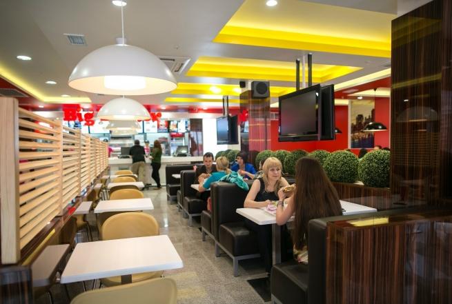 Москвичи предпочли фастфуд ресторанам