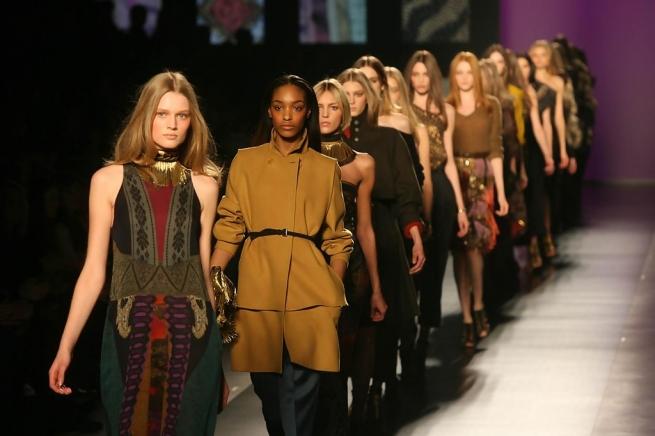 Французы отказались продавать модные коллекции сразу после показа