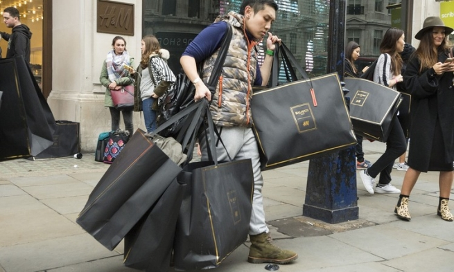 Fashion-дайджест: шопинг-истерия и единство Burberry