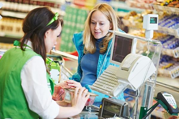 Visa изучает варианты запуска в России сервиса по снятию наличных на кассах магазинов