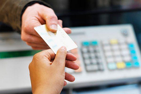 На продуктовые карточки могут разрешить покупать одежду