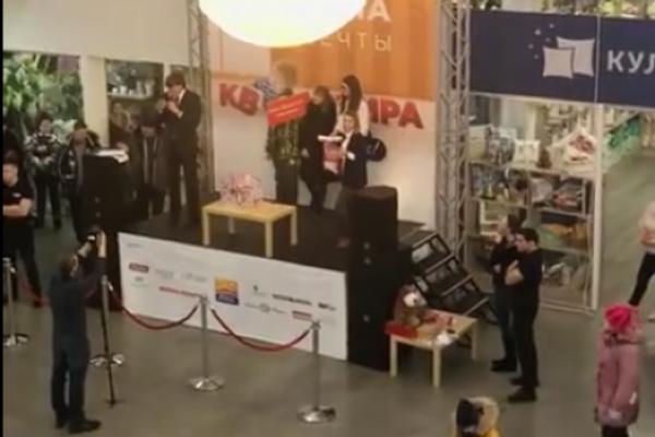 Новосибирский ТРЦ вручил квартиру победителю конкурса, который «неожиданно» узнал ведущего