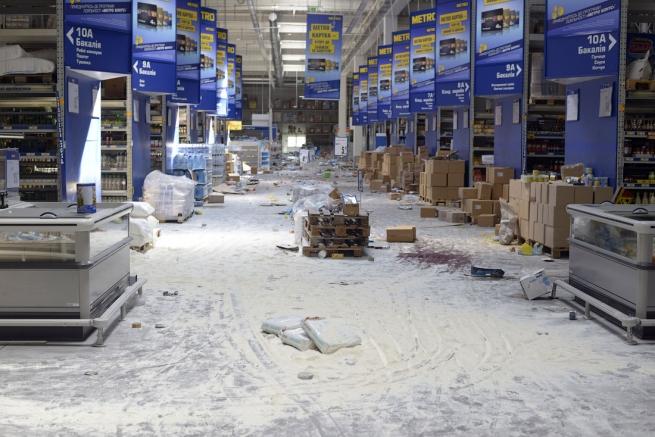 Донецкий гипермаркет Metro продолжают грабить мародёры