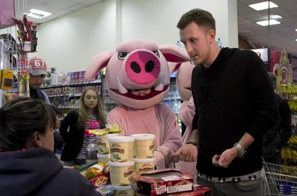 Москвичи охотно одергивают хамов в магазинах