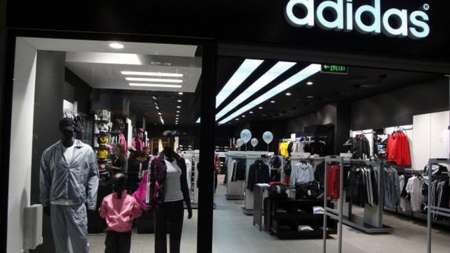 Продажи Adidas в России и СНГ упали на треть