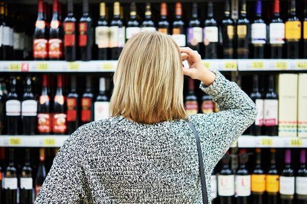 Нарколог скептически отнесся к идее размещать пугающие картинки на алкоголе