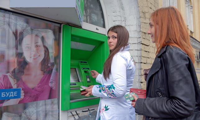 Зарплаты россиян переведут на безнал