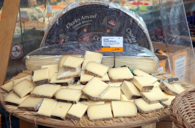 Грузите пармезан бочками: почему растут цены на «молочку»