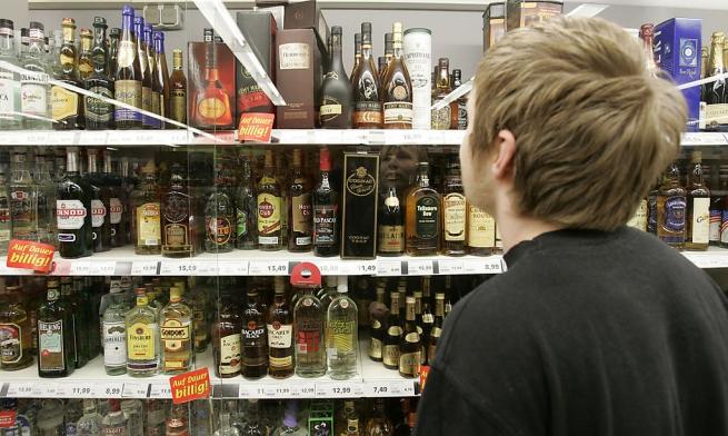 Магазины могут заставить прятать спиртное от детских глаз