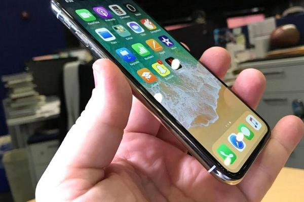 Apple создает iPhone с вогнутым дисплеем