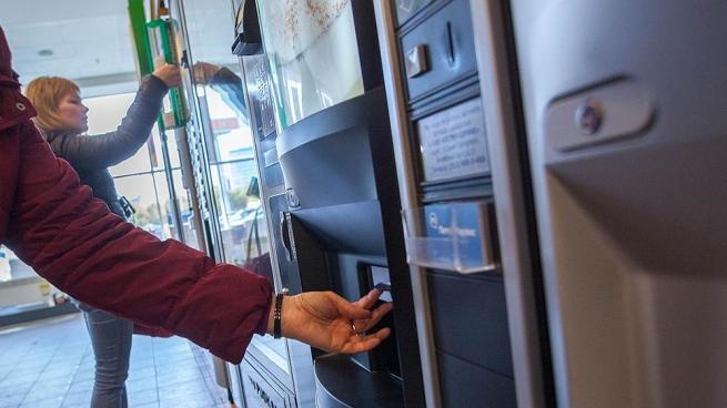В Подмосковье хотят запретить продажу энергетиков через автоматы