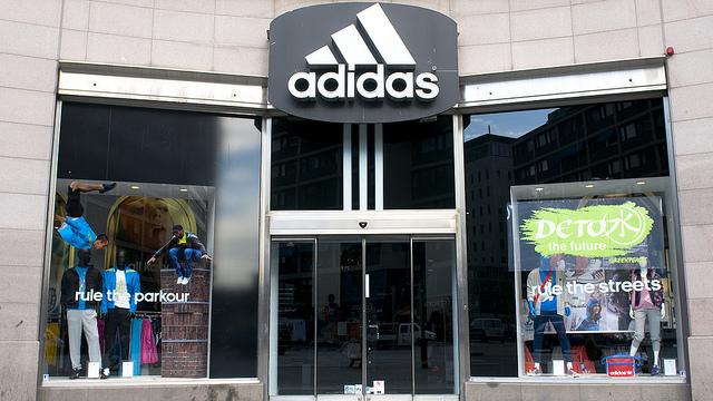 Adidas сокращает планы по открытию магазинов в России