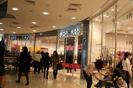 Крупнейшие магазины одежды приостановили закупку товаров в Россию из-за курса рубля