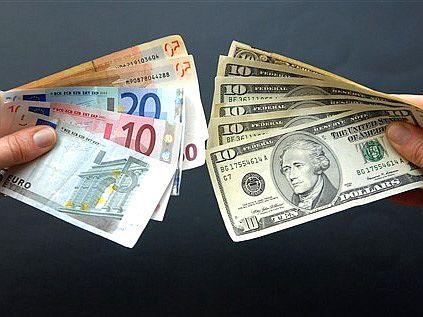 Евро повысился, а доллар - упал