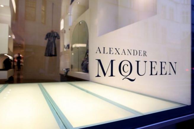 Alexander McQueen обвинили в расовой дискриминации сотрудников