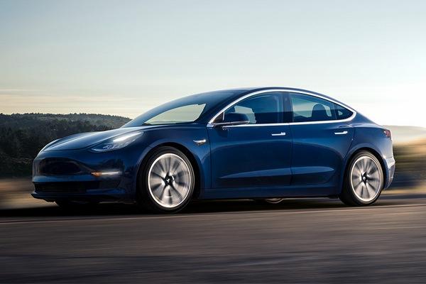 «Связной» начал продавать электромобили Tesla