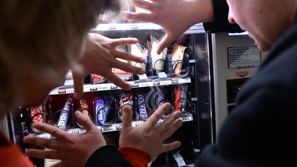 В России с марта подорожают шоколадные батончики, косметика и подгузники
