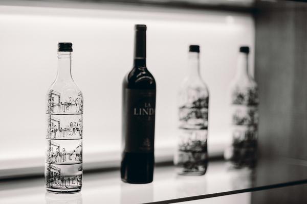 Cеть винотек SimpleWine представила бутылки с комиксами о вреде алкоголя