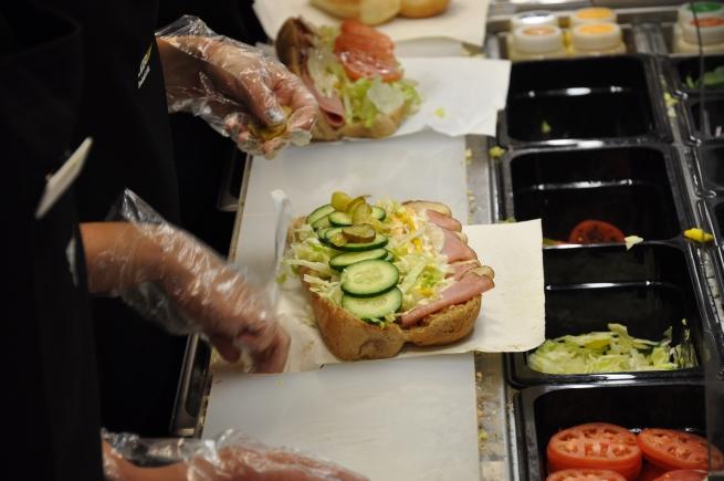 Subway отказывается от использования резины в сэндвичах