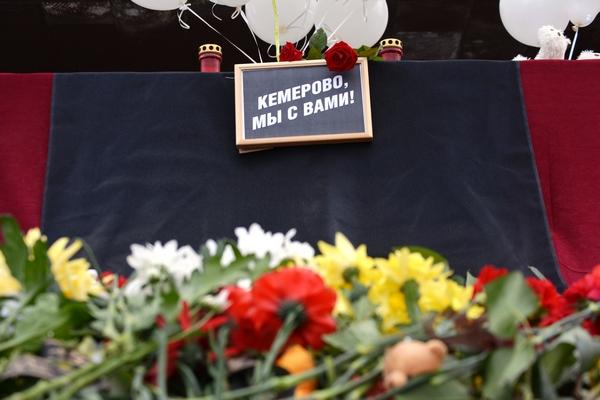 В Кемерово разбирают стихийный мемориал у «Зимней вишни»