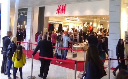 43c8f3927dff Сеть H M включает более 3960 магазинов по всему миру и свыше 85 в России.  Дебют H M в торгово-развлекательных центрах «Макси» ранее состоялся в  смоленском ...
